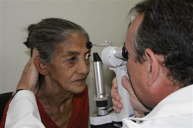 Paciente fazendo exame na UMS